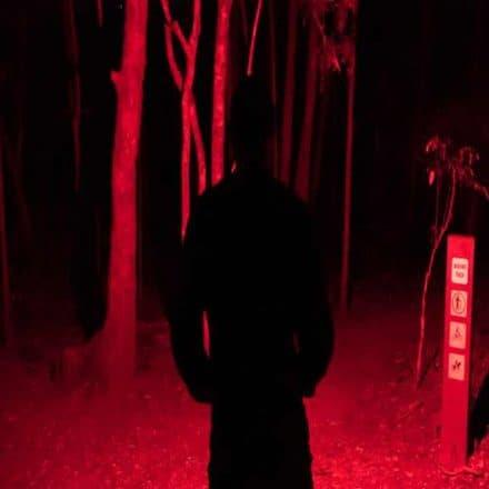 lumière rouge sur une lampe frontale